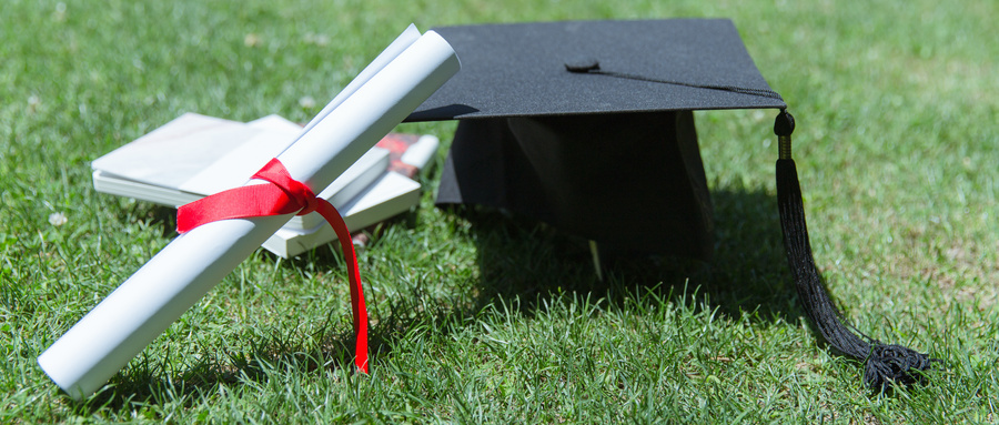摄图网_500389761_wx_大学草地上的书本证书学士帽(企业商用).jpg