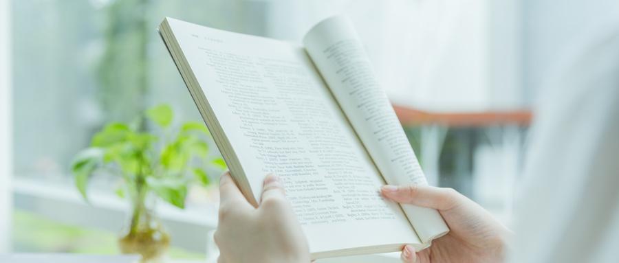 摄图网_500625721_wx_校内咖啡馆看书学习特写(企业商用).jpg