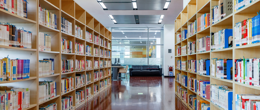 摄图网_500583449_wx_宽敞明亮的图书馆阅览室(企业商用).jpg